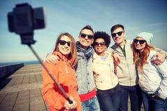 Amigos sonrientes que toman el selfie con smartphone Imagenes de archivo