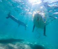 Amigos subacuáticos de la persona que practica surf fotos de archivo libres de regalías