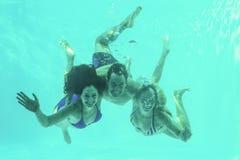 Amigos subaquáticos na piscina fotografia de stock