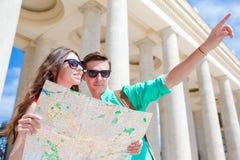 Amigos turísticos jovenes que viajan el días de fiesta en la sonrisa de Europa feliz Familia caucásica con el mapa de la ciudad e Fotografía de archivo libre de regalías
