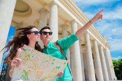 Amigos turísticos jovenes que viajan el días de fiesta en la sonrisa de Europa feliz Familia caucásica con el mapa de la ciudad e Imagen de archivo
