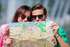 Amigos turísticos jovenes que viajan el días de fiesta en la sonrisa de Europa feliz Familia caucásica del primer con el mapa de  Imágenes de archivo libres de regalías