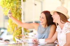 Amigos turísticos que toman una foto del selfie con smartphone Imagen de archivo libre de regalías
