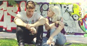 Amigos urbanos novos na moda que relaxam a conversa filme
