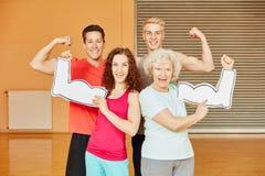 Amigos y mayor que muestran sus músculos fotografía de archivo libre de regalías