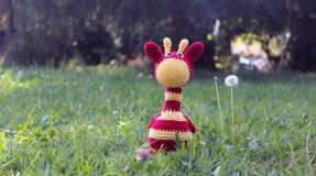 Amigurumi giraff på gräs Arkivfoton