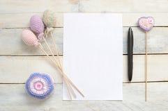 Amigurumi inspirerande vitt kort med någon handgjord garnering för virkning royaltyfri bild