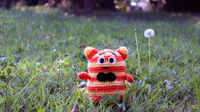 Amigurumi katt på gräs Royaltyfri Fotografi