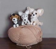 Amigurumi, nette kleine Hunde gehäkelt Stockbild