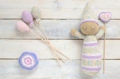 Amigurumi, poupée de jouet de crochet avec une certaine décoration faite main Photo libre de droits