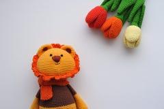Amigurumistuk speelgoed Leeuw met tulpen Royalty-vrije Stock Foto's