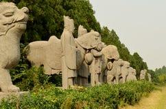 卫兵和Amimals在宋朝坟茔,中国古老石雕象  库存图片