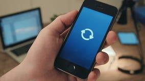 Amimation d'icône de flèches de chargement sur un smartphone clips vidéos