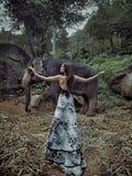 Amincissez, dame de brune avec le petit éléphant Photographie stock libre de droits