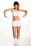 Amincissez et adaptez la belle femme mesurant sa taille Photo libre de droits