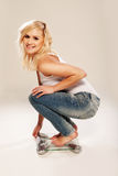 Amincissez et garnissez assez la blonde sur une échelle de salle de bains Photographie stock