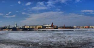Amincissez, jaillissez glace sur la rivière de Neva à St Petersburg Photos stock