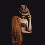 Amincissez la belle femme avec le maquillage dans le chapeau élégant Image libre de droits