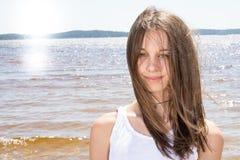 Amincissez la belle femme sur la fille romantique d'humeur positive de vacances d'été de plage de coucher du soleil Photographie stock libre de droits