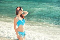 Amincissez la belle femme sur la côte examinant la distance Photo libre de droits
