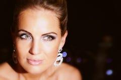 Amincissez la belle jeune mariée sur un fond avec le bokeh Image stock