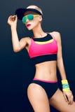 Amincissez la blonde sportive de forme physique sur un fond noir dans le fashio Images stock