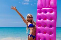 Amincissez la femme blonde avec la plage de tropique de matelas d'air Images libres de droits