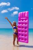 Amincissez la femme blonde avec la plage de tropique de matelas d'air Photos stock