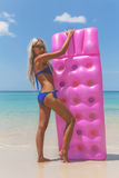 Amincissez la femme blonde avec la plage de tropique de matelas d'air Photo libre de droits