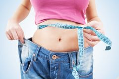 Amincissez la femme convenable dans des jeans Image stock