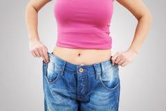 Amincissez la femme convenable dans des jeans Photo stock