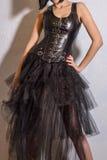Amincissez la femme sexy avec le chiffre de sablier dans le corset en cuir noir Photos libres de droits