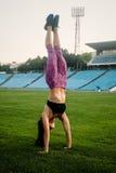 Amincissez la femme sportive avec des haltères dans le stade Photo libre de droits