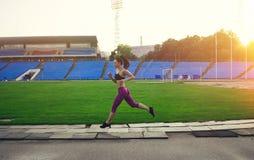 Amincissez la femme sportive avec des haltères dans le stade Photographie stock libre de droits