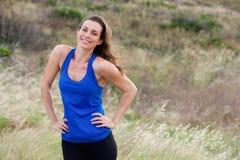 Amincissez la femme sportive se tenant avec des mains sur ses hanches Photos stock