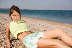 Amincissez la fille à la mer Image stock