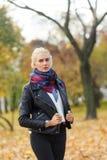 Amincissez la fille attirante dans le style occasionnel marchant en parc d'automne Images stock