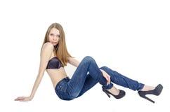 Amincissez la fille blonde avec de longs cheveux en jeans et soutien-gorge noir Photo libre de droits