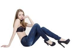 Amincissez la fille blonde avec de longs cheveux en jeans et soutien-gorge noir Photos libres de droits