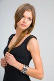 Amincissez la fille dans la robe noire Image libre de droits