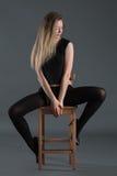 Amincissez la fille sportive s'asseyant sur une chaise i Images stock