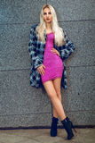 Amincissez la jeune femme blonde adulte avec des yeux bleus posant dehors Photo libre de droits