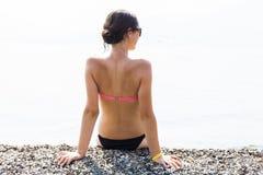 Amincissez la jeune femme bronzée en mer Image libre de droits