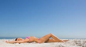 Amincissez la jeune femme posant tandis que se baigner de soleil Photographie stock