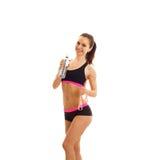 Amincissez la jeune fille avec le corps élastique et tenir une bouteille d'eau Photo libre de droits