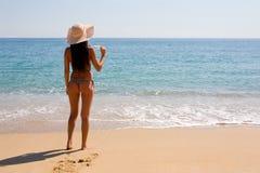 Amincissez la mer se tenante prêt de fille Images libres de droits