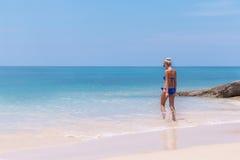 Amincissez la natation blonde de femme dans l'eau claire sur la plage tropicale Images libres de droits