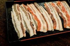 Amincissez la viande de porc crue coupée en tranches Images stock