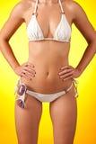 Amincissez le fuselage femelle avec le bikini et les lunettes de soleil blancs Image libre de droits