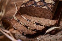 Amincissez le gâteau de chocolat découpé en tranches de Brown Image libre de droits